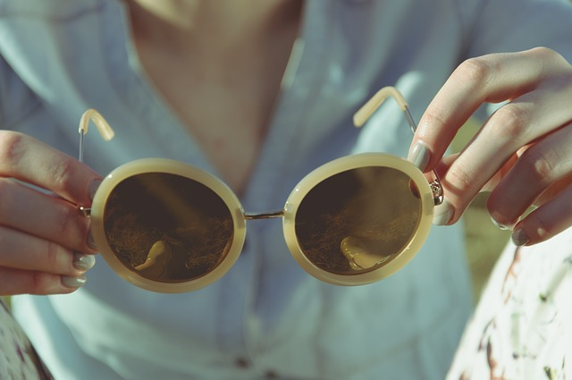 des lunettes de soleil pour illustrer la thérapie des schémas proposée dans notre cabinet de psychologue à villeneuve d'ascq, dans la métropole de Lille